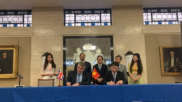 Officials witness the signing of the memoranda of understanding at the Vietnam-UK educational investment and cooperation forum in London on January 22 (Photo: VNA)