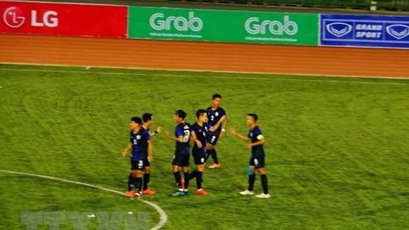 Players of host Cambodia, which has already secured  Group B's top position (Photo: VNA)