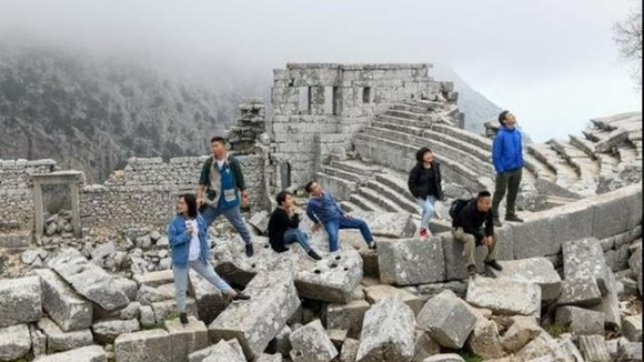 A group of Vietnamese tourists takes part in a 10-day trip to Turkey (Photo: baomoi.com)