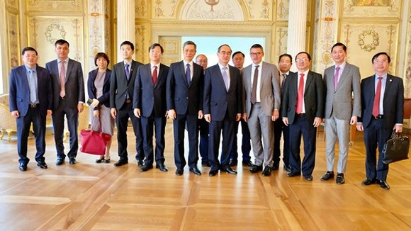 Secretary of Ho Chi Minh City Party Committee Nguyen Thien Nhan and  a city high- ranking delegation pose a photo with Mr. Boris Rhein, Chairman of the Parliament of the State of Hessen.
