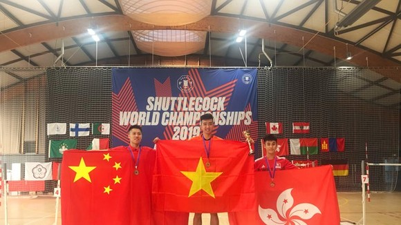 Vietnamese Ho Phuoc Sang (M) easily beat his Chinese rival 2-0 in the men's singles to reclaim the title he won two years ago in Hong Kong. (Photo: VNA)