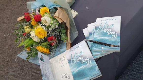 """Tuyển tập bút ký, phóng sự """"Mùa con sóng dữ"""" do Nhà xuất bản Hội Nhà văn phát hành"""
