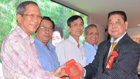 江老先生向各單位報效活動經費。