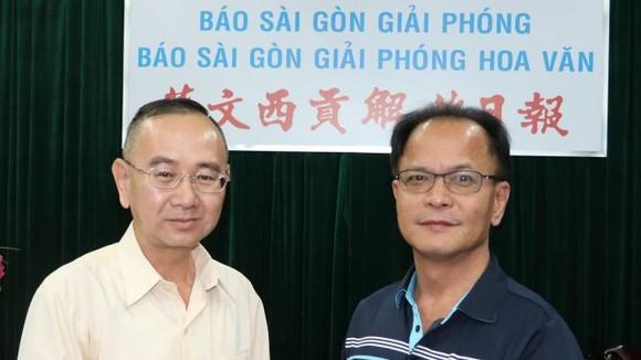 范興主任(左)接受鄭文忠會長捐款。