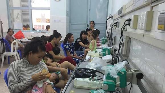 圖為入住市第二兒童醫院呼吸道1科接受治療的病童。(圖源:陲楊)