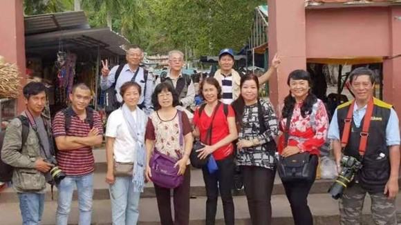 華人攝影會代表團采風時留影。