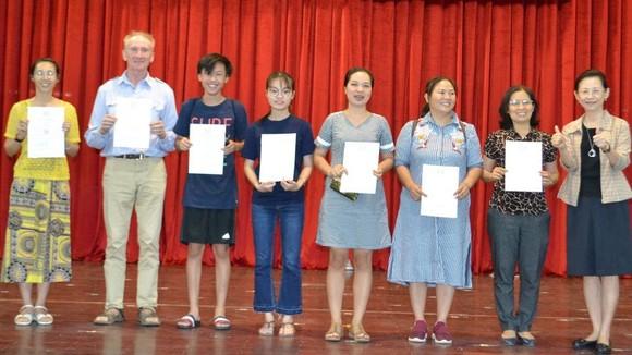 學員頒發結業證書及硬體字比賽優秀獎狀。