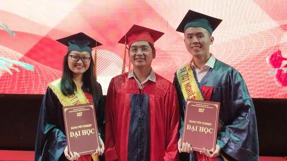 中文學系副主任阮福祿向兩名榜首學生頒發畢業證書。