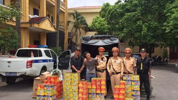 查獲近300公斤鞭炮及被扣留的司機阮春平(左二)。(圖源:AT)