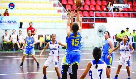 女子組,胡志明市隊(藍衫)對平順隊比賽一瞥。