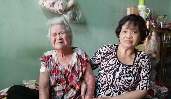 劉美正照顧患病的母親何妹。