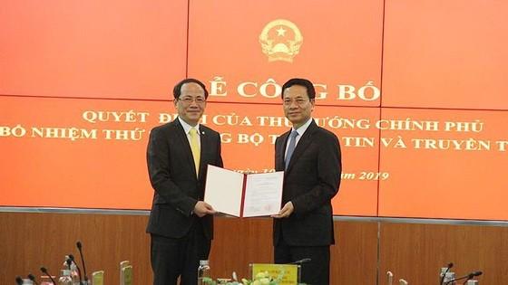 新任新聞與傳播部副部長范英俊(左)從新聞與傳播部部長阮孟雄手中接過人事委任《決定》。(圖源:英黎)