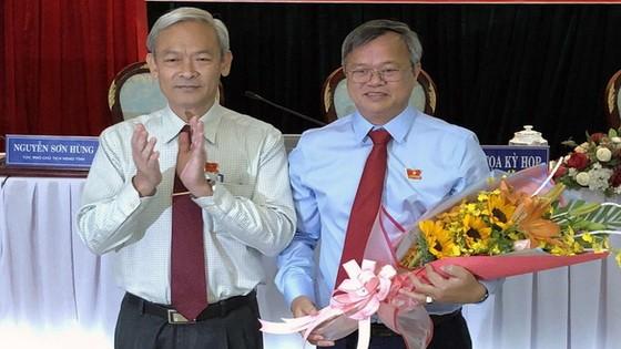 同奈省省委書記阮富強(左)向同奈省人委會主席高進勇增送鮮花祝賀。(圖源:S.Đ)