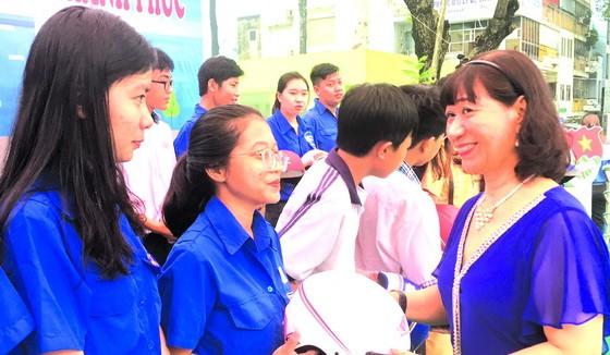祥源公司經理杜如美向青少年贈送安全帽。