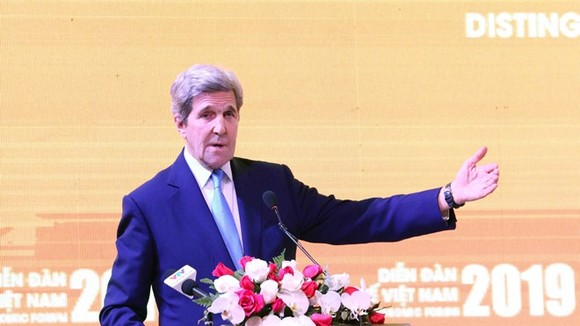 John Kerry, former US Secretary of State and visiting distinguished statesman at the Carnegie Endowment for International Peace, addresses the Vietnam Economic Forum 2019 (Photo: VNA)