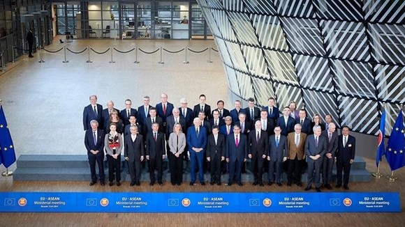 Officials pose for a photo at the 22nd ASEAN-EU Ministerial Meeting in Brussels on January 21 (Source: VNA)