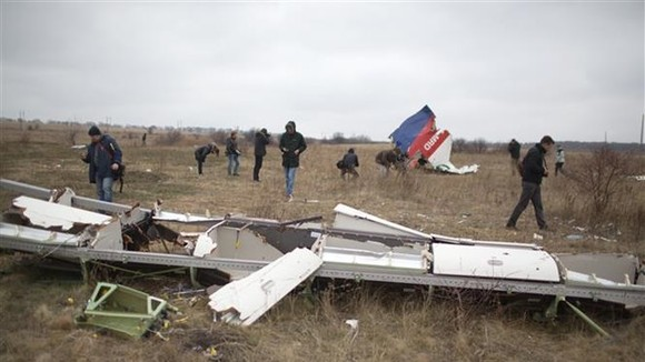 Investigators carried out their duties at the scene of MH17 downing in 2014 (Photo: AFP/VNA)