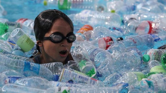 A school in Bangkok has students swim among plastic bottles to create awareness of plastic waste in oceans (Photo: bangkokpost.com)