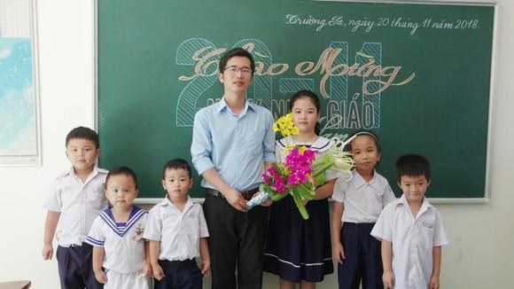 Thầy Bành Hữu Tình và các học sinh trong lớp học đặc biệt. Ảnh: PHAN THẢO