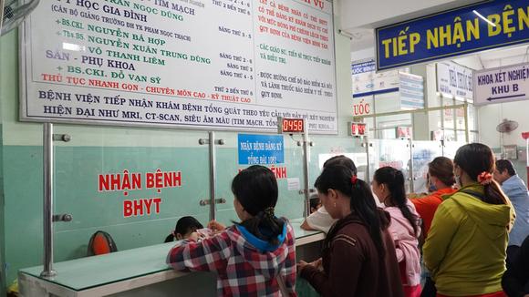 Bệnh nhân đăng ký khám chữa bệnh bảo hiểm y tế tại Bệnh viện Quận Bình Tân (TPHCM)