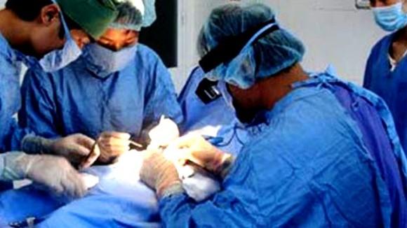 Các bác sĩ đang thực hiện ca nối ghép dương vật bị đứt rời