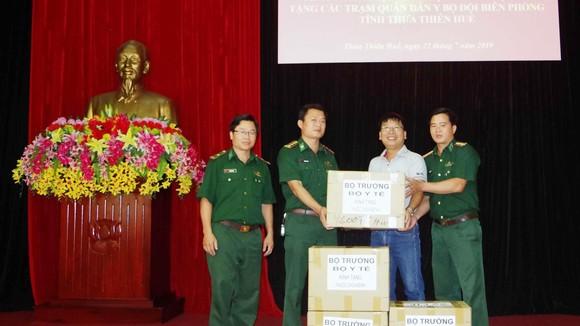 Đại diện Báo SGGP trao 4 thùng thuốc chữa bệnh các loại của Bộ trưởng Bộ Y tế Nguyễn Thị Kim Tiến cho BĐBP tỉnh Thừa Thiên – Huế.