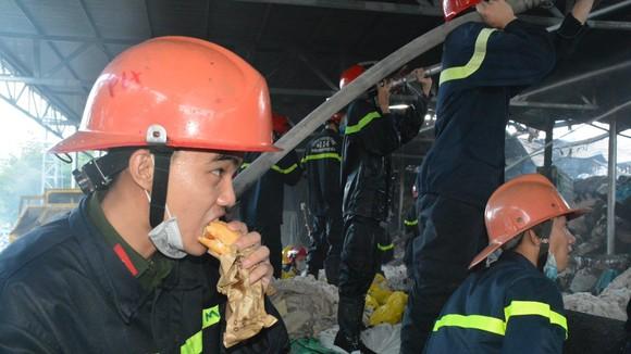 Nhai bánh mì cầm hơi trong lúc chữa cháy kho sợi của Công ty CP Sợi Phú Nam