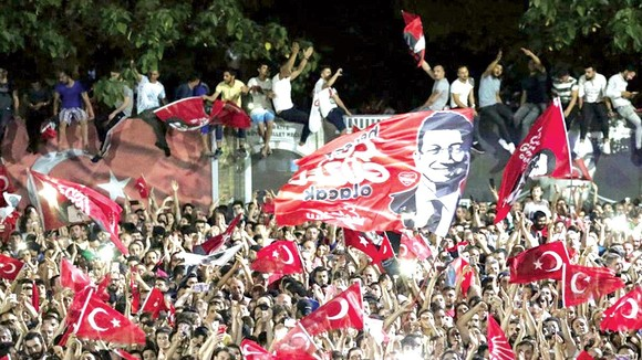 Cử tri ủng hộ ứng viên Ekrem Imamoglu ăn mừng chiến thắng