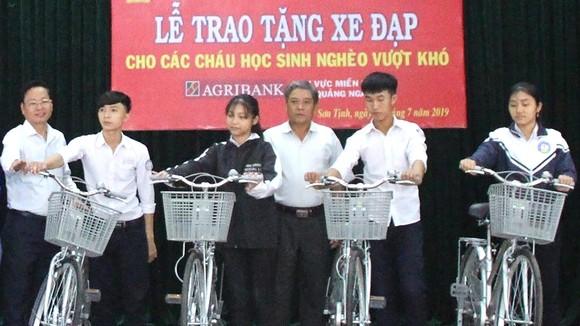 """Học sinh nghèo huyện Sơn Tịnh (Quảng Ngãi) nhận xe đạp từ chương trình """"Tiếp sức học sinh nghèo vượt khó đến trường"""""""