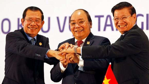 Ba Thủ tướng tại Lễ ký kết Tuyên bố chung Việt Nam - Lào - Campuchia và Họp báo ngày 31-3-2018. Ảnh: REUTERS
