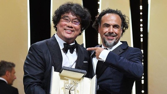 Đạo diễn Bong Joon-ho nhận giải Cành cọ vàng từ tay Alejandro González Iñárritu. Ảnh: Getty