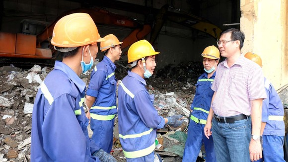 Phó Giám đốc Citenco Phan Hồng Thái lắng nghe tâm tư,  nguyện vọng của công nhân xử lý chất thải