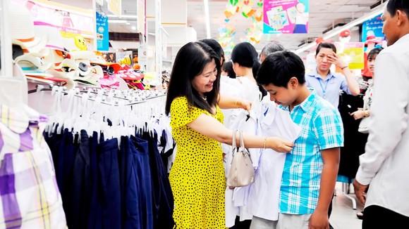 Khách mua hàng chuẩn bị mùa khai giảng năm học mới tại siêu thị Co.opmart ở TPHCM