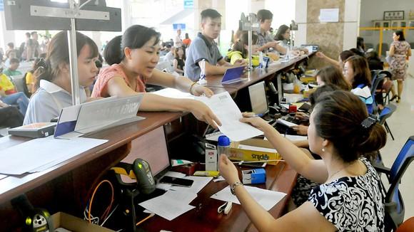 Doanh nghiệp làm hồ sơ thuế tại Cục Thuế TPHCM. Ảnh: CAO THĂNG
