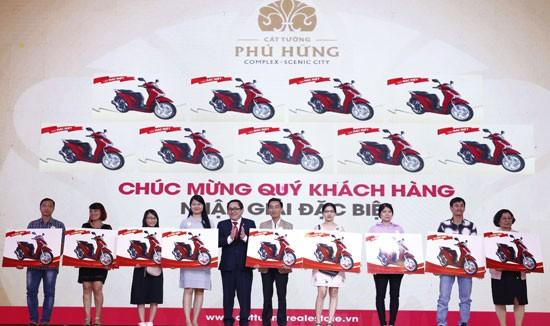 Ông Lê Tiến Vũ, Phó Tổng giám đốc điều hành tập đoàn trao giải thưởng cho khách hàng trúng giải đặt biệt.