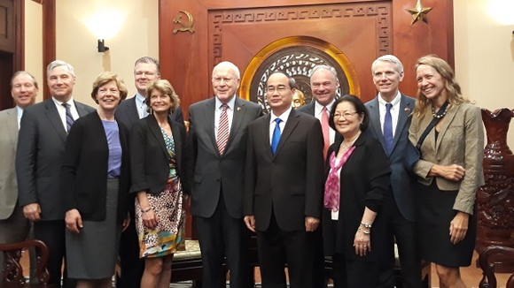 Bí thư Thành ủy TPHCM Nguyễn Thiện Nhân tiếp đoàn Thượng nghị viện Hoa Kỳ. Ảnh: VOH