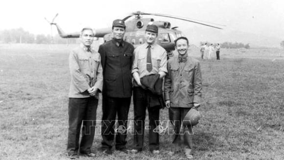 Thiếu tướng Viktor Demyanenko (thứ hai từ phải sang) cùng các đồng đội Việt Nam, tháng 3-1981. Ảnh do nhân vật cung cấp, TTXVN phát