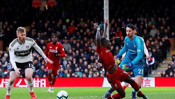 Liverpool (áo đỏ) trong trận thắng Fulham 2 - 1.