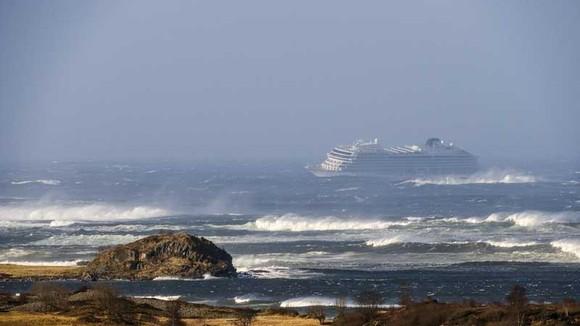 Du thuyền Viking Sky cách bờ ở Hustadvika, Tây Na Uy, khoảng 900m khi gửi tín hiệu cấp cứu vì hỏng máy ngày 23-3-2019. Ảnh: NTB