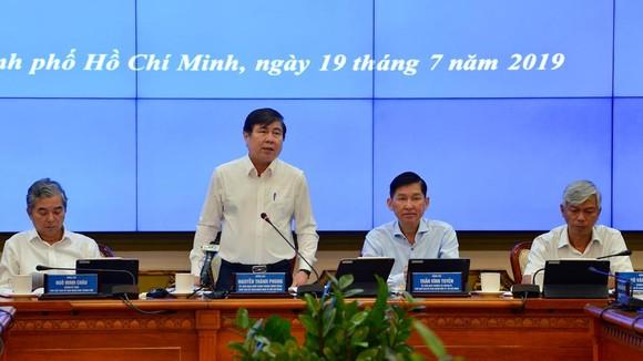 Chủ tịch UBND TPHCM Nguyễn Thành Phong phát biểu tại cuộc họp. Ảnh: VIỆT DŨNG
