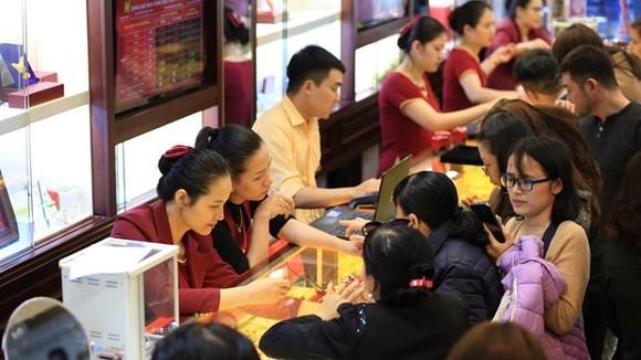 Giao dịch vàng tại Bảo Tín Minh Châu. (Ảnh: CTV/Vietnam+)