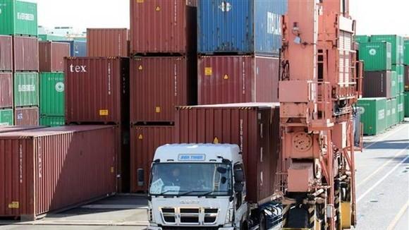 Hàng hóa được xếp tại cảng ở Tokyo, Nhật Bản. (Nguồn: AFP/TTXVN)