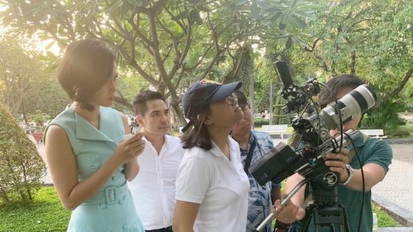 女導演黃英(白衣)正在片場上執導。