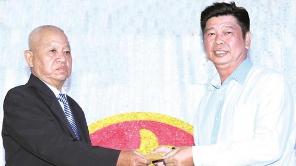 李庭輝(左)向福慧慈善組贊助慈善基金。
