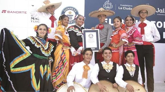 表演者與吉尼斯世界紀錄證書合照。