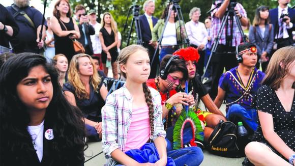 環保小鬥士通貝里出席示威活動。