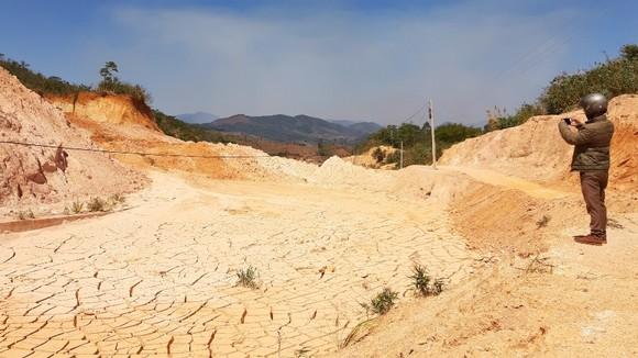 Nền đường bị đất đá vùi lấp