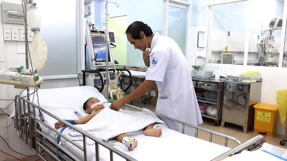 Một bệnh nhi mắc sốt xuất huyết nặng đang điều trị tại Bệnh viện Nhi đồng 1 TPHCM. Ảnh: THÀNH AN