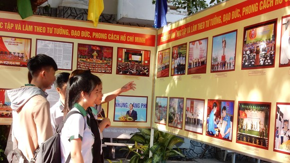 Các em học sinh TP Cần Thơ tham quan triển lãm về bút tích và hình ảnh Chủ tịch Hồ Chí Minh. Ảnh: HÀM LUÔNG