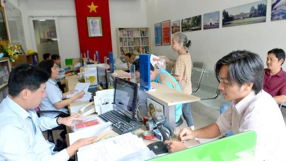 Người dân làm thủ tục hành chính tại UBND phường Bến Thành. Ảnh: VIỆT DŨNG